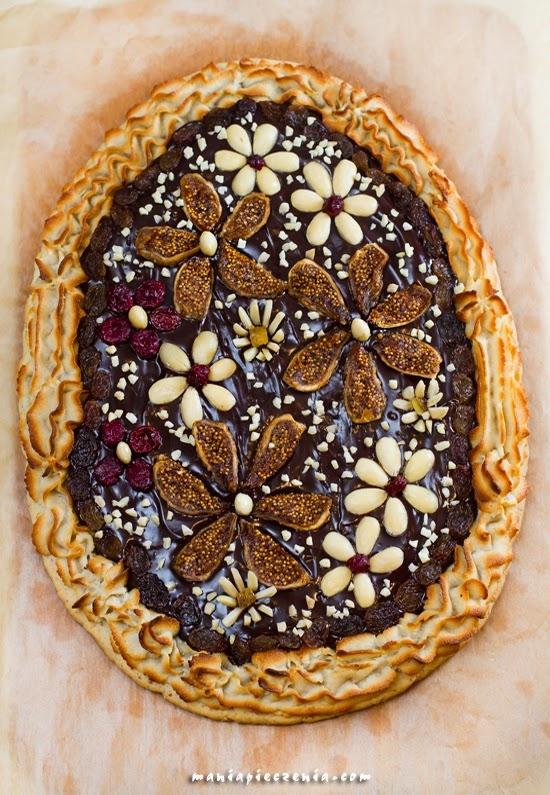WIELKANOC: Mazurek truflowo-migdałowy czyli Mazurek wiosenna łąka... :) Kruche ciasto z wyraźnie migdałową nutą, truflową, lekko podchmieloną masą czekoladową, ozdobną rozetką z masy marcepanowej i mnóstwem smakowitych bakalii...  Mazurek truflowo-migdałowy to smakowita ozdoba wielkanocnego stołu :-) Polecam!