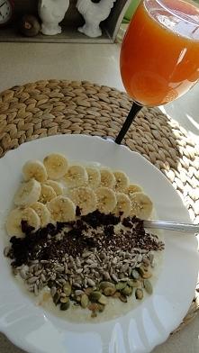 Płatki jaglane i ryżowe na mleku ( 1/2 szklanki wymieszanych płatków + 1 szklanka mleka + łyżeczka syropu z mleczu dla osłody i dodatki) i sok z wyciskarki z pomarańczy i grejfr...