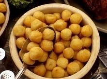 Smażone kulki ziemniaczane Składniki: 800 g ziemniaków 2 jajka 2 łyżki mąki 150 g tartej bułki gałka muskzatałowa cukier puder Ziemniaki obrać, zalać wrzątkiem, osolić, gotować ...