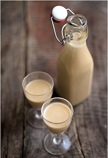 Likier Irish cream 200ml kremówki 400ml mleka skondensowanego słodzonego 300g whiskey 1 łyżka kawy rozpuszczalnej Sprawa jest dość banalna. Wszystko miksujecie i gotowe. Trzymać...