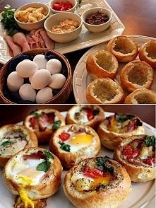 Zapiekane bułeczki z jajkami..pycha na jesienne dni!  Przygotujcie bułeczki i jajka w takiej samej ilości Odetnijcie górną część bułki (dość płytko), wydrążcie środek bułki aby ...