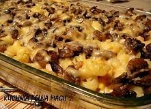 Zapiekanka makaronowa z pieczarkami  Składniki: 30 dag makaronu 4 jajka 50 dag pieczarek 30 dag żółtego sera 1 łyżka masła sól, pieprz, tymianek ewentualnie: mozzarella, czarne ...