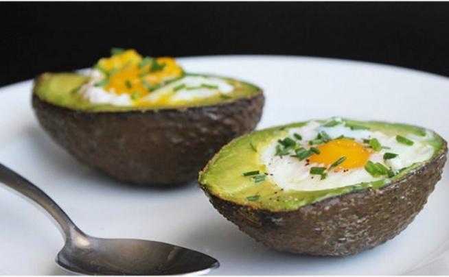 PIECZONE AWOKADO Z JAJKIEM ❤️ PRZEPISY NA WIELKANOC :)  Z cyklu FitPlanner'owych przepisów na Wielkanoc przygotowaliśmy tym razem pożywny deser z jajek i awokado. Zdrowe danie z jajek w diecie sportowców jest na porządku dziennym. Chcesz zbudować mięśnie, a przy tym być szczupła ? Zbilansuj swoją dietę w bogatą ilość białka. Z naszych propozycji polecamy Ci przepis z jajek – pieczone awokado z jajkiem.  Sprawdź przepis na blogu FitPlanner ;) Klik w obrazek.  --- FitPlanner - wyszukiwarka zajęć sportowych, klubów fitness i instruktorów.