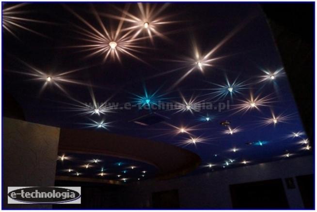 oświetlenie, oświetlenie salonu z sufitem gwieździstym niebem, oświetlenie gwiezdnym niebem, oświetlenie salonu sufit, oświetlenie salonu z aneksem kuchennym, oświetlenie małego salonu, oświetlenie salonu i jadalni, gwieździste niebo w salonie, gwiezdne niebo w salonie, e-technologia, piękne gwieździste niebo