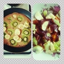 Śniadanie ; omlet z owocami ( Z 2 jajek , 10g płatków owsianych , kakao , cyn...