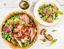 Włoska sałatka z prosciutto, mozzarellą i suszonymi pomidorami