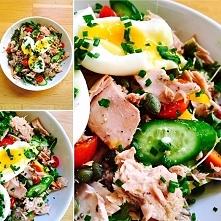 sałatka z tuńczyka, sałaty, ogórków, kaparów, marchewki, rzeżuchy, pomidorków...