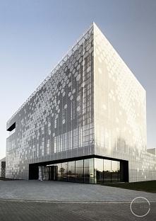 Nowoczesny budynek z elewacją z blachy perforowanej - zobacz jak wygląda elew...