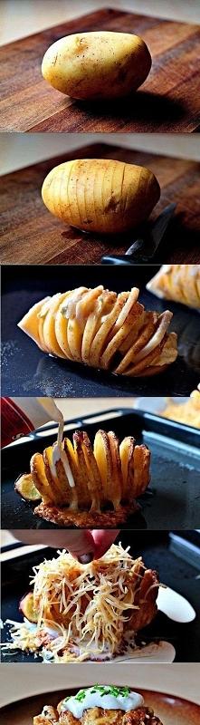 Rozkrój ziemniaka :)  Ziemniaka obrać i pokroić , i np. boczek wcisnąć miedzy...