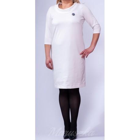 Prosta sukienka plus size - fason dopasowany do figury  Dekolt wykończony efektownym kołnierzykiem  Klasyczna elegancja  Sukienka w kolorze zlamanej bieli-ecru