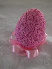 różowe jajko oklejone bibuł...