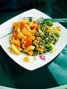 obiad :) kasza gryczana z brokułami, marchwią, pierś z indyka w curry, pomidorem, czosnkiem, sokiem z melona :)