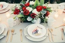 Czerwone kwiaty na stół.