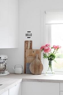 Kuchnia w kolorze białym to na pewno kuchnia o lekkim designie i prostym wyra...