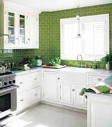 Zielona kuchnia? Czemu nie! Zielona kuchnia z białymi meblami to na pewno kuc...
