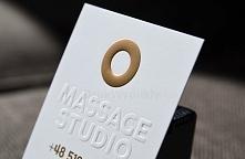 """Wizytówka przeznaczona jest dla salonu masażu. Awers to tłoczony napis """"Massage studio"""". Liter nie pokryto żadnym kolorem, ale wytłoczono w kredowobiałym papierze o gramaturze 3..."""