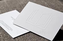 Tłoczenie na wizytówkach dwustronnych. Do projektu wykorzystano kolorystykę CMYK, a wizytówki zostały wykonane na matowym, kredowym papierze o gramaturze 350g. Dzięki kaszerowan...