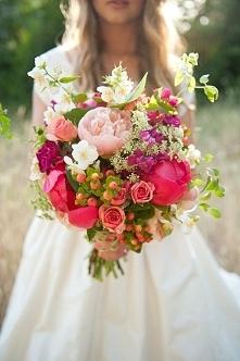 Ciekawym pomysłem jest wiązanka wykonana z pięknych i kolorowych, polnych kwi...