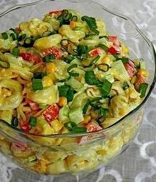 Sałatka z pierożkami tortellini Składniki:  - opakowanie tortellini  - czerwona papryka  - ogórek długi  - puszka kukurydzy  - pęczek szczypiorku  - 100 g sera żółtego  - 3 łyżk...