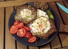 """śniadanko a'la tosty francuskie: jajko zapieczone w chlebie """"probod..."""