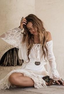 Cudowna stylizacja! Lekka, biała tuniczka, włosy żyją własnym życiem, w stylu...
