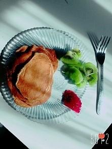 Śniadanko Dzień #2 Placuszki: 100ml mleka; 1 jajko; 4 łyżki mąki pełnoziarnistej; 1/2 łyżeczki proszku do pieczenia + 1/2 kiwi + łyżeczka dżemu malinowego.