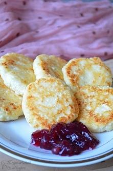 Serniczki na patelni Co potrzebujemy: (6 sztuk) twaróg 200g jajko cukier 3 łyżki mąki 1. Białko ubijamy z cukrem i dodajemy żółtko. Następnie wrzucamy wcześniej rozgnieciony wid...