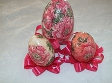 jajka zawieszki w różowej t...