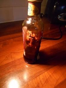 Chciał wrzucić tę butelkę o...