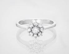 Pierścionek zaręczynowy z diamentami ułożonymi w kształt kwiatu.