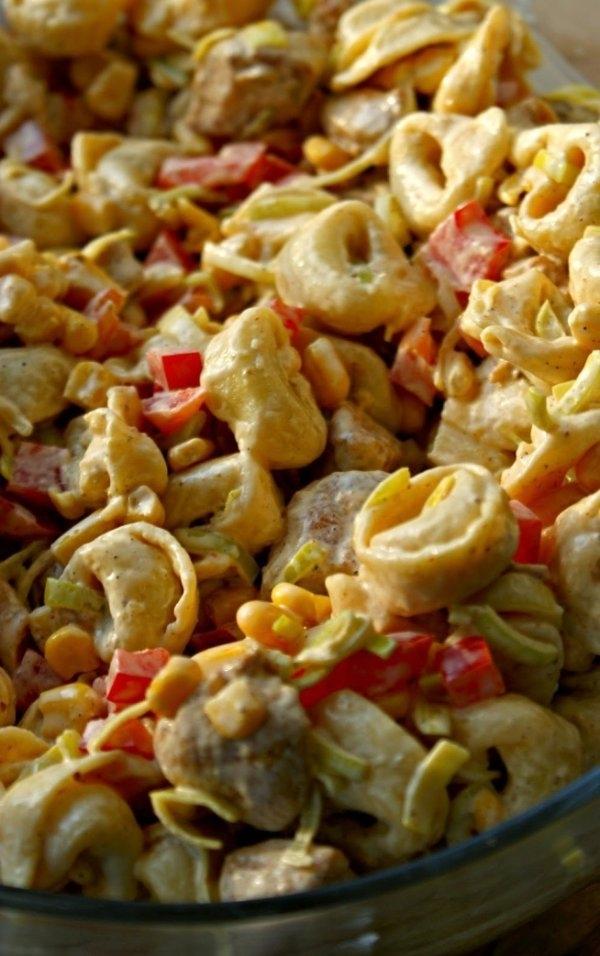 """SAŁATKA Z TORTELLINI I KURCZAKIEM❤ ❤ Składniki: -2 piersi z kurczaka, -1 opakowanie tortellini, -1 por, -1 duża papryka, -1 puszka kukurydzy, -3-4 łyżki majonezu, -2 łyżki jogurtu naturalnego gęstego, -sól, -pieprz, -curry, -przyprawa do kurczaka. 1)Kurczaka umyć, osuszyć i pokroić w małą kostkę. 2)Przyprawić solą, pieprzem i przyprawą do kurczaka. 3)Usmażyć na złotu kolor. 4)Dodać łyżkę jogurtu i posypać sporą ilością curry. 5)Wymieszać i ostudzić. 6)Tortellini ugotować w osolonej wodzie. 7)Ostudzić. 8)Por lekko sparzyć. 9)Zieloną część przekroić na pół i kroić w piórka. 10)Paprykę umyć i pokroić w drobną kostkę. 11)Kukurydzę odsączyć. 12)Wszystkie składniki wymieszać ze sobą. 13)Dodać majonez, łyżkę jogurtu i doprawić solą i pieprzem. 14)Odstawić do lodówki na parę godzin, żeby wszystko się ze sobą """"przegryzło"""" Smacznego!"""
