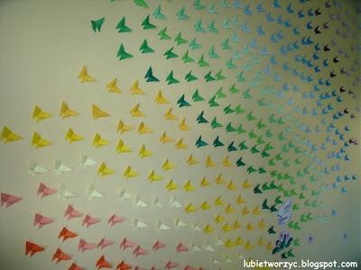 Ściana udekorowana motylami origami - dekoracja przedszkolna
