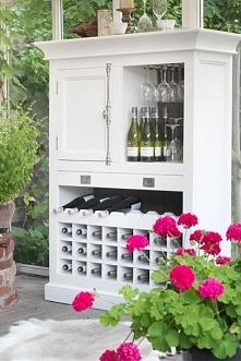 Solidny biały regał na wino z kolekcji Olsen wykonany z drewna dębowego oraz MDF-u. Cała kolekcja oraz wiele więcej mebli dostępne na seart.pl