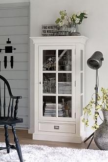 Biała witryna z kolekcji Olsen wykonana z drewna dębowego. Cała kolekcja oraz wiele więcej mebli dostępne na seart.pl