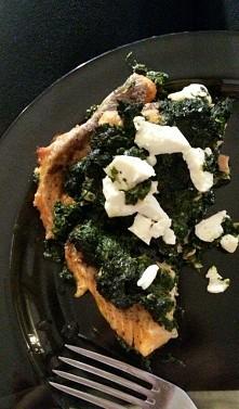 Łatwy przepis na szybki i zdrowy posiłek:) Szpinak podsmażamy na oliwie z oliwek z  czosnkiem. Filet z pstrąga przyprawiamy sola himalajską i pieprzem. Spód naczynia żarodporneg...