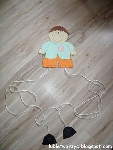 Chłopiec - sposób na wyeksponowanie prac dzieci w przedszkolu