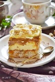 Ciasto Princessa z karmelem Biszkopt:  6 białek ,  200g wiórków kokosowych,  100g cukru, szczypta soli,  50g płatków migdałowych,  3 wafle Princessa kokosowe (37g każda). Białka...