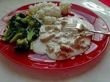 Przepis na kurczaka w sosie śmietanowo-ziołowym z brokułami dostępny po klikn...