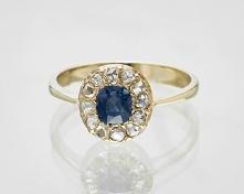 Pierścionek zaręczynowy z szafirem i diamentami.