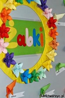 Wieniec z kwiatów kusudama i motyle origami - wiosenna dekoracja przedszkolnej sali dydaktycznej