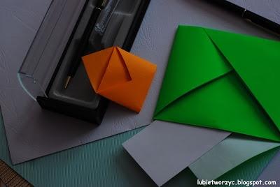 Filmik ukazujący proces produkcji koperty, techniką origami