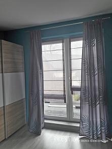Roleta rzymska szara na oknie balkonowym. Materiał PAD.  Zapraszamy na FB: Prestige - Dekoracje Okienne