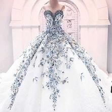 Suknia ślubna przepięknie bogato zdobiona elementami błękitu/niebieskiego.