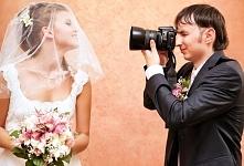Fotograf weselny przy pracy