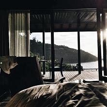Oo Jak pięknie <3. Bardzo podoba mi się taki klimat. Chciałabym mieć taki widok z okna :OO  Mieszkanie przy strumyku bądz jakimś spokojnym jeziorze to marzenie <3.
