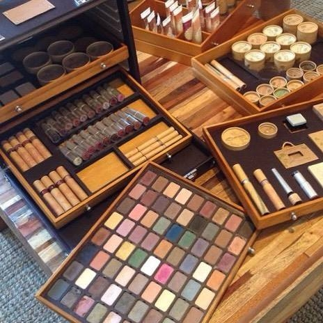Kosmetyki ekologiczne do makijazu Couleur Caramel w swoim kuferku prezentują się najlepiej :) #ekozuzu #ekozuzupl #couleurcaramelpolska #couleurcaramel #makijaz #ekologicznie #makijazdnia #certyfikowane #kosmetyki #naturalne #organicznekosmetyki #bezchemii #makeuplover #makeupaddict #kuferek #skarbow #ecocert #ecolife #drogeria #eko #eco #instamakeup