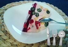 Serniczek na zimno z owocami Składniki: 2 kostki twarogu, 2 galaretki (np. malinowa i truskawkowa) Owoce (np maliny borówki) Przygotowac galaretki, ale w połowie wody niż na opa...