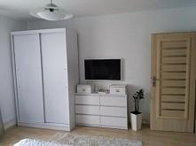 strona pokoju z telewizorem i szafą:)