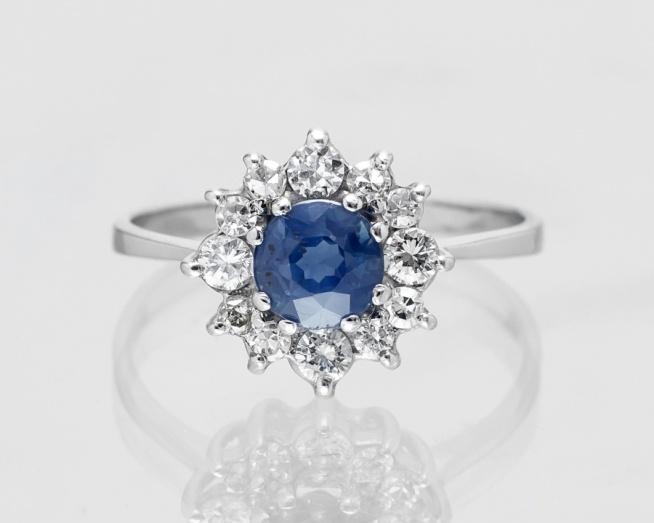 Przepiękny Pierścionek Zaręczynowy Z Szafirem I Diamentami Na