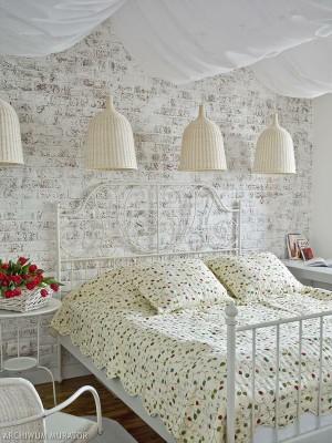 cegła w sypialni